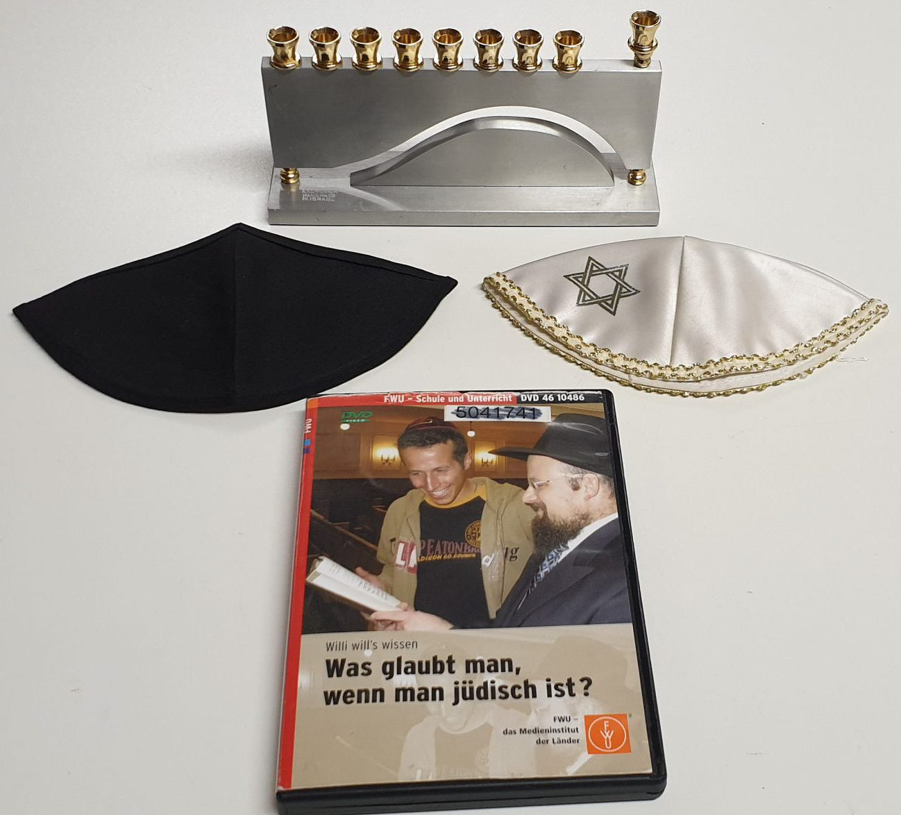 Chanukka-Leuchter, 2 Kippa und DVD - Was glaubt man, wenn man jüdisch ist?