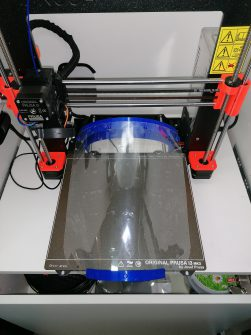 ein fertig produziertes Faceshield auf einem 3D-Drucker