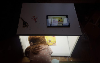 Kind in einer Trickbox